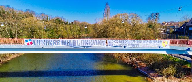 Junge Franzosen haben ein großes Banner an der Freundschaftsbrücke in Kleinblittersdorf aufgehängt und Franzosen und Deutsche zum Zusammenhalt aufgerufen.