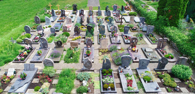Die Vielfalt der Grabformen ist auf dem Friedhof im Kleinblittersdorfer Ortsteil Rilchingen-Hanweiler deutlich zu sehen. Dabei fällt wie auf allen Friedhöfen der Gemeinde die rasch wachsende Zahl der Urnengräber auf.