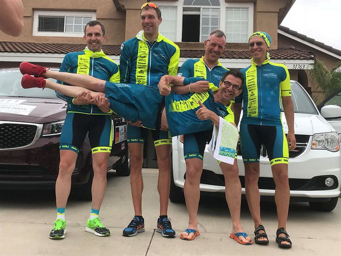 Die Profi-Radfahrer trugen Alexander von Oetinger wegen seiner Leistung auf Händen. Von links:  Thorsten Ostrowski aus Goslar, Christian Thometzek aus  Hamburg, Derk Schneider aus  Stuttgart und Stefan Fäth aus Aschaffenburg.