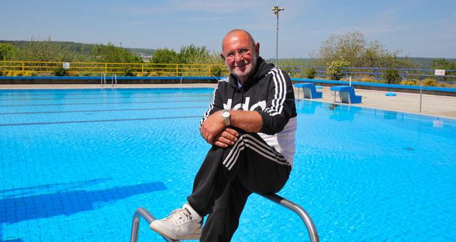 Manfred Rohrbacher ist seit 30 Jahren der Chef im Kleinblittersdorfer Freibad und geht nicht wie geplant in Rente, sondern hängt noch ein paar Jährchen dran.