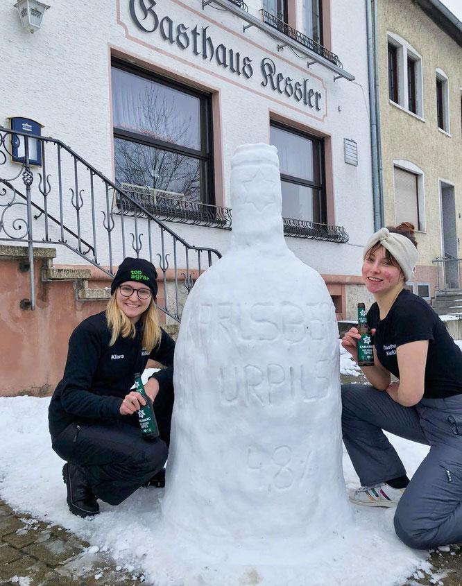 Die Keßler-Zwillinge Klara (links) und Lina bauten in Bliesransbach ein Urpils-Falsche nach.