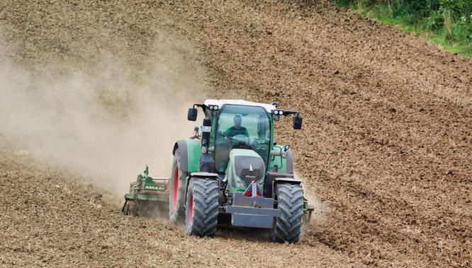 Karsten Schmeer vom Hof in den Birken in Bischmisheim bearbeitet seine Felder.