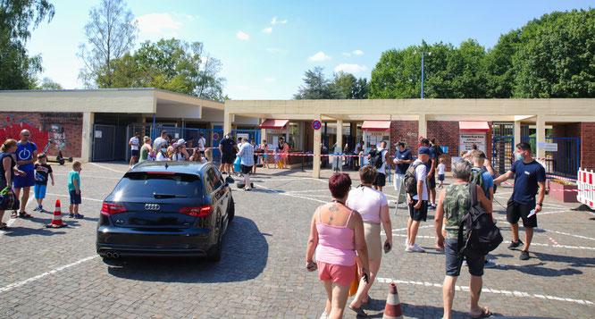 Der Parkplatz wurde für die Autos nicht gesperrt.
