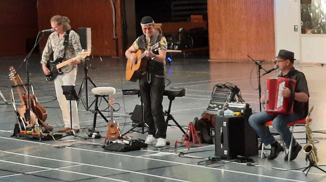Marcel Adam und seine Band spielten vor 150 Zuschauern in der Spiel- und Sporthalle in Kleinblittersdorf..