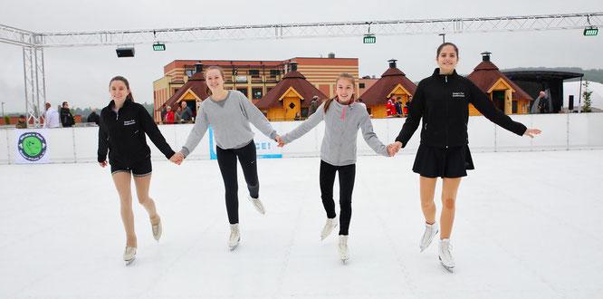 Vanessa Weimar, Victoria Kopper, Sophie Smachtin und Sesin Conrad (von links) von Skate'n Fun Saarpfalz waren ein Höhepunkt bei der Eröffnung der Schlittschuhbahn.
