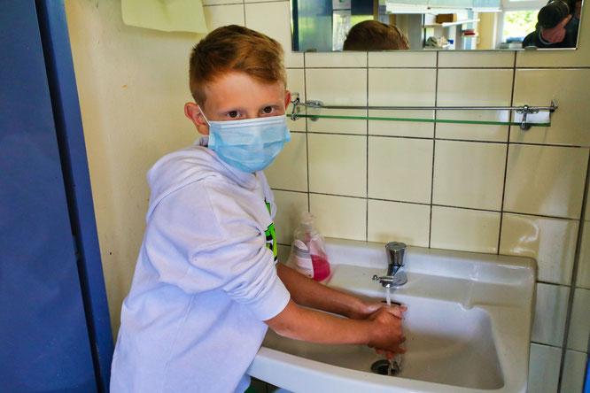 Gianluca Valente beim Händewaschen.
