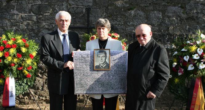Mit Waltraud Lutsch und Hermann Bubel beim Volkstrauertag im Jahr 2005.