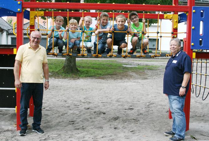 Ortsvorsteher Jürgen Laschinger (links), Martin Baum, der Vorsitzende des Heimat- und Verkehrsverein und glückliche Sitterswalder Kinder. Foto: Heiko Lehmann
