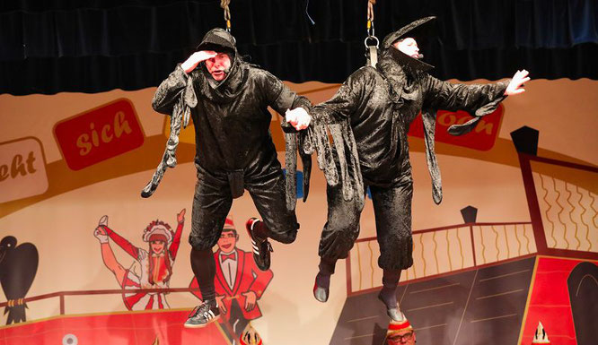 Alexander Lang und Kirsten Unold schwebten als Kowe verkleidet auf die Bühne und forderten den Auxit.