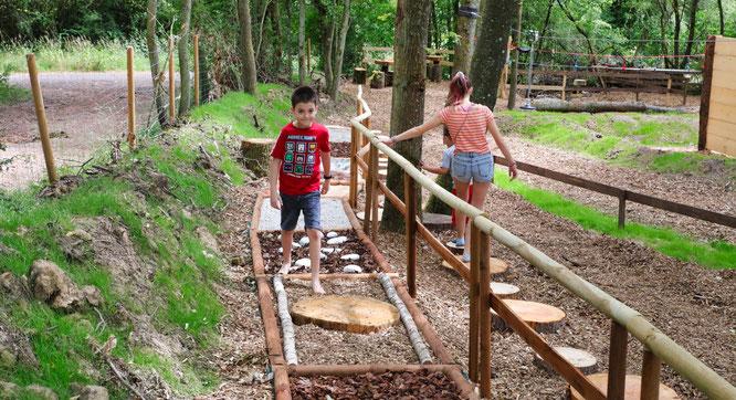 Ein Barfußpfad gehört auch zum Abenteuerwald.