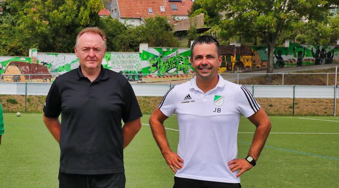 Jörg Backes (links), der Co-Trainer und Jan Berger, der Cheftrainer des SV Auersmacher haben ihre Verträge verlängert.