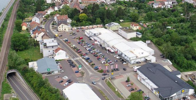 Auf diesen Parkplätzen am Ortseingang von Kleinblittersdorf soll der erste Autogottesdienst in der Gemeinde stattfinden.