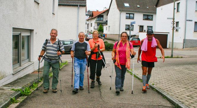 Wanderer bei der Rückkehr zum Ziel während der 42. IVV-Wanderung des SV Auersmacher.