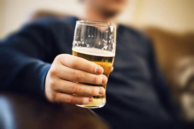 """Auch wenn der Griff zur Bierflasche als """"männlich"""" gilt: Im Körper des Trinkers sorgt er für WEIBLICHE Hormone! Foto: Getty Images"""