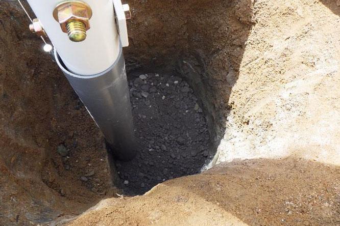 鯉のぼりポールの基礎工事 工事③ 砕石を入れ、敷きならします