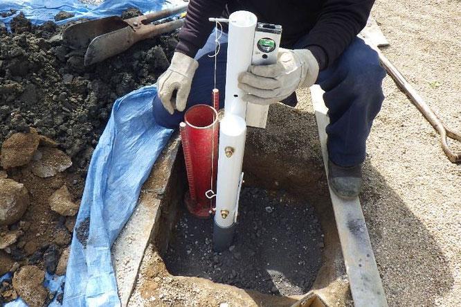 鯉のぼりポールの基礎工事 工事④ 詰めた栗石と砕石をよく叩いて締め込みます
