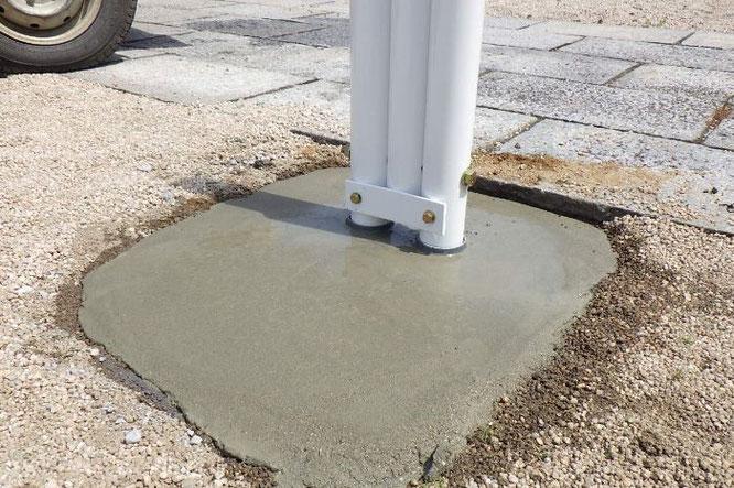 鯉のぼりポールの基礎工事 工事⑦ セメントを入れ、表面をなでて仕上げます