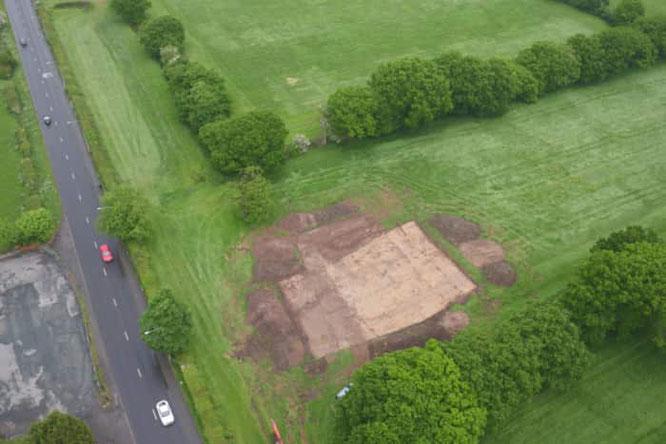 Photo aérienne de la fouille de la voie romaine sur le site stratégique de Cuerden. Copyright: Universiry of Salford
