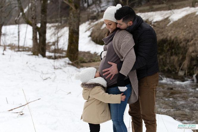 Photo de Grossesse et Famille dans un décor enneigé - Jérémy Legris Photographe - Grenoble