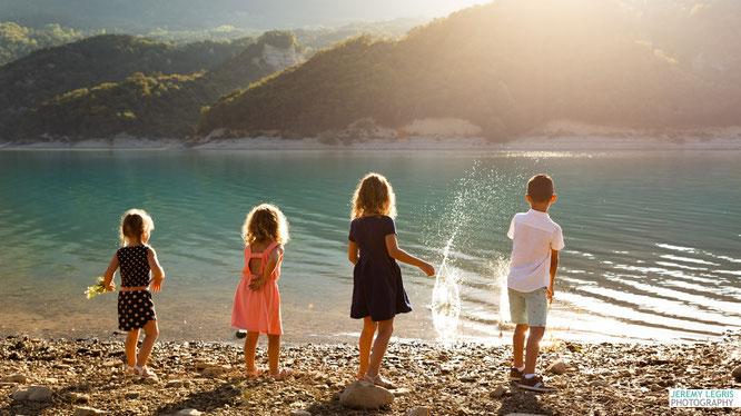 Photo d'enfants au bord du lac - Jérémy Legris Photographe - Grenoble