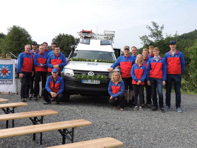 Gruppenbild zur Fahrzeugweihe unseres neuen Rettungsfahrzeuges im Jahr 2017