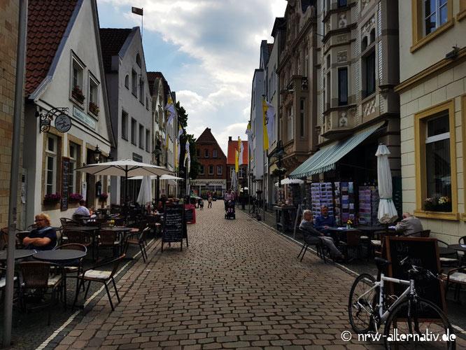 Telgter Innenstadt mit Cafes und Menschen und Buchläden und Fahrrädern.