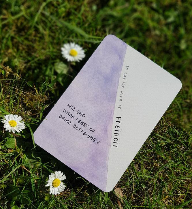 Hier siehst du Gänseblümchen, eine Wiese und eine Weisheitskarte.
