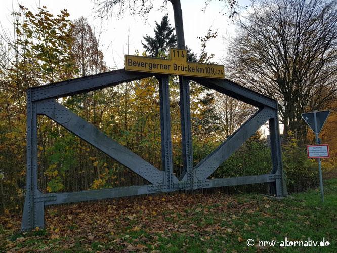 Eine Stahlkonstruktion, auf der ein Schild verkündet: Bevergerner Brücke Kilometer 109.