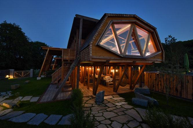 Der neue Sauna-Bereich direkt im Gradierwerk in der Börde Therme bei Nacht.