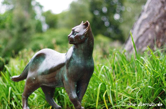 Eine Katzenskulptur in Bad Sassendorf.