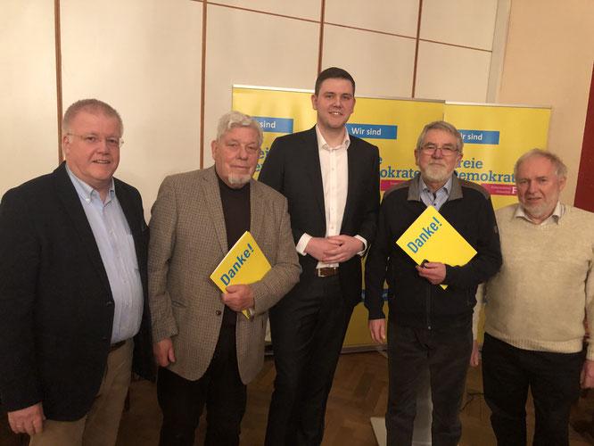 v.l.n.r.: Dr. Ulrich Klotz (Vorsitzender der FDP Verl), Peter Manuth, Patrick Büker, Horst Geller, Gerhard Blumenthal (Vorsitzender der FDP SHS)