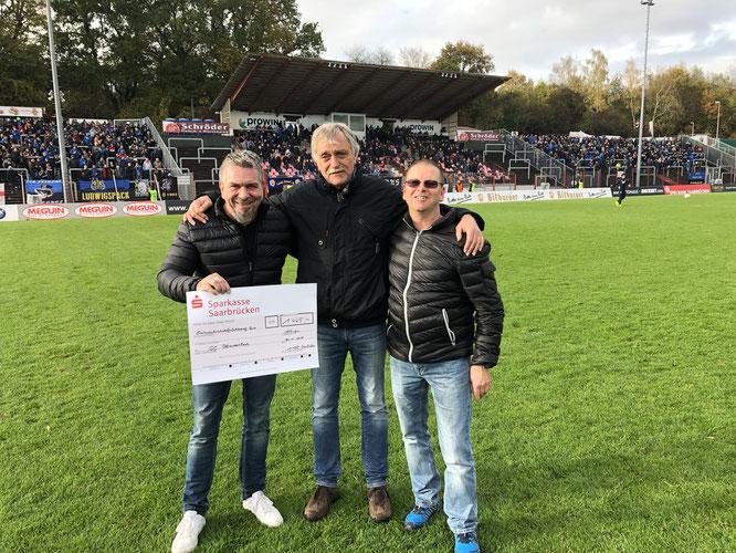 Sogar der 1. FC Saarbrücken hat bei einem Benefizspiel gegen eine Auswahl der Gemeinde Kleinblittersdorf Geld gesammelt. Dieter Ferner (Mitte), Überreichte dem SC Blies den Scheck.