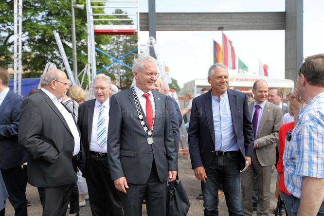 Bürgermeister Andreas Weiher und Schirmherr Harald Schmid beim Messerundgang © Klaus Leitzbach/FRANKFURT DOKU