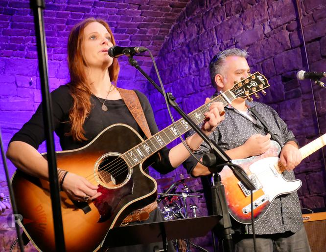"""Ann Doka & Band live im Kulturwerk Frankfurt """"Die Fabrik"""" © mainhattanphoto/Klaus Leitzbach"""