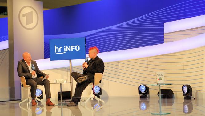 Sascha Lobo im Gespräch auf der ARD Bühne © mainhattanphoto/Klaus Leitzbach
