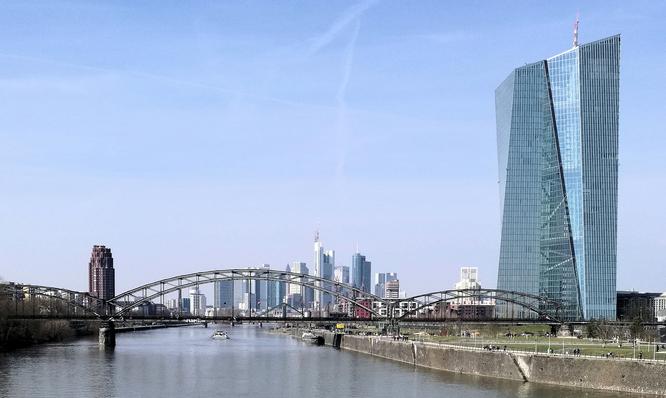 Deutschherrnbrücke mit Skylineblick © dokfoto.de / Klaus Leitzbach