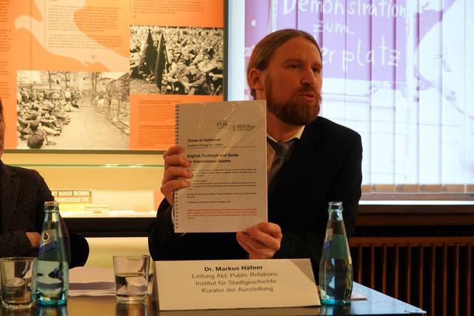 Kurator Dr. Markus Häfner beim Pressepreview © mainhattanphoto/Klaus Leitzbach