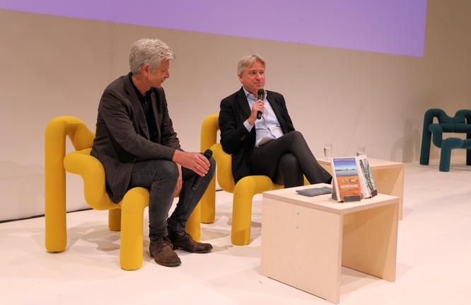Karl Ove Knausgård im Gespräch mit Buchmesse-Direktor Juergen Boos © mainhattanphoto/Klaus Leitzbach