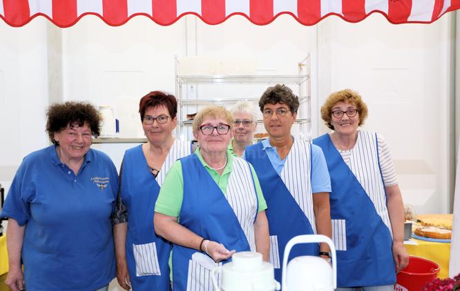 Helga Lott (links) und die Crew der Niedermittlauer Marktfrauen sorgen fürs leibliche Wohl © Klaus Leitzbach/frankfurtphoto