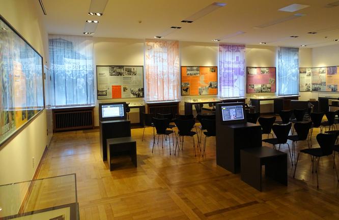 Blick in den Ausstellungsraum mit Medienstationen © dokubild.de / Michael Manig