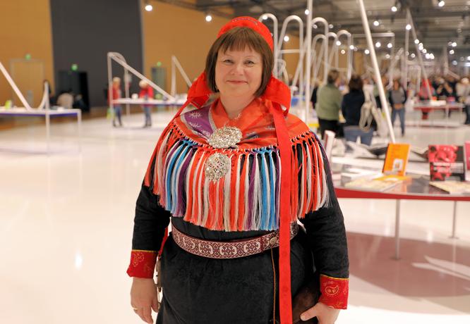 Norwegerin in Tracht im Ehrengast-Pavillon