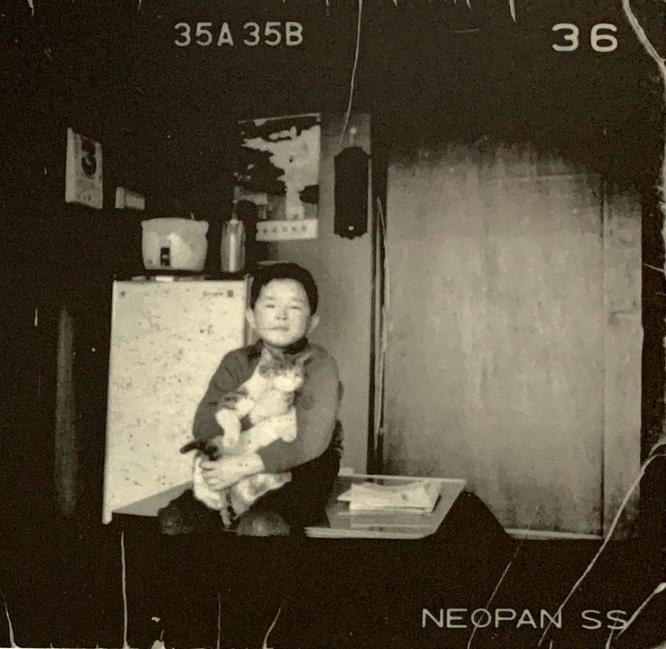 奈良美智と猫のチャコ。1966年