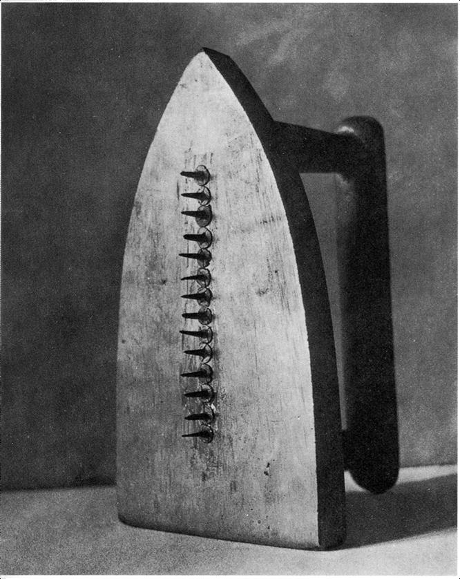 マン・レイ「贈り物」(1921年)
