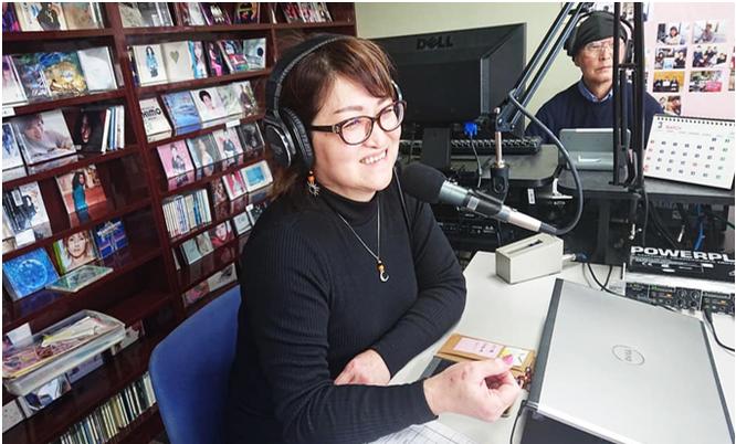 「FMさいき」で番組を担当する 仲矢 正子社長の写真