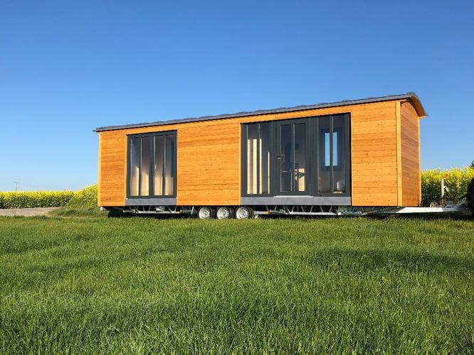 Tiny Houses auf Rädern für mobiles Wohnen auf einem Campingplatz