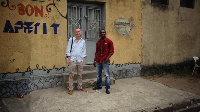"""Das ehemalige Restaurant """"Bon Appetit"""" wird zum InternetCafé. Jürgen Daldrup mit Radjabu Shabani, einem der beiden neuen Mitarbeiter vor Ort. (8 E Rue, Limete, Kinshasa)"""