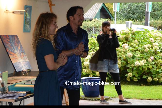 Mario Lorenz alias MaLo Magic Blue und Gastausstellerin Damaris Punz eröffnen die Freiluftvernissage 2019 in Graz.