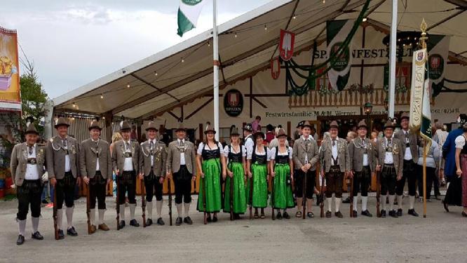 Die Salutabordnung zum Mühldorfer Schützen- und Trachtenzug