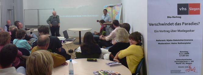 Vortrag in der Volkshochschule Bonn und Werbung für den Vortrag in Siegen im Jahr 2009 (Foto von Njaka)