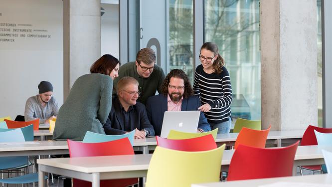 """Die """"Digital Media""""-Studiengangsleiter Prof. Dr. Thomas Becker und Prof. Dr. Sven Pagel im Gespräch mit Studierenden (Foto: Hochschule Mainz)"""